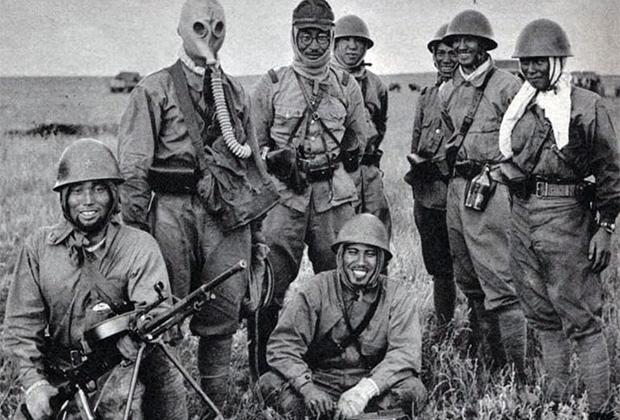 Японские солдаты на Халхин-Голе с трофейным пулемётом ДТ. Лето 1939 года