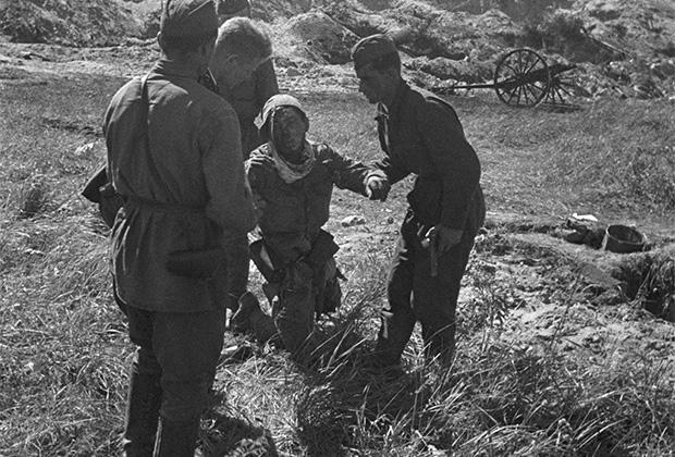Советские воины берут в плен японского солдата-смертника. Август 1939 года