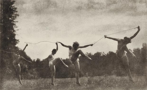 В работах пикториалистов — даже более сдержанного, второго периода, которым считаются для этого течения 1920-е — часто создавалась почти мистическая по духу атмосфера, а застанные в движении тела приобретали близкий к орнаментальному характер.