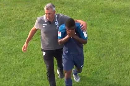 Футболист оскорбил темнокожего соперника и довел его до слез во время матча