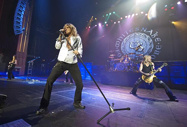 Июнь 2011 года, Лондон. Группа Whitesnake выступает в зале HMV Hammersmith Apollo