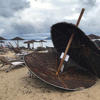 Пляж после шторма в Греции