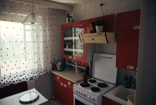 В квартире две комнаты, одна ванная — никаких европейских излишеств, кроме Wi-Fi. «Мои бабушка и дедушка жили здесь на протяжении более чем 40 лет. Они любили эту квартиру и прекрасно за ней ухаживали. Именно поэтому сейчас она выглядит так, как будто была заморожена лет 30», — поясняется в объявлении, опубликованном в интернете.<br><br>По словам Линаса, почти все предметы советского быта достались ему и Расе именно от бабушек и дедушек. Кое-что принесли обычные люди, узнавшие о квартире из СМИ. Причем большинство из них отдали свои раритеты абсолютно бесплатно.