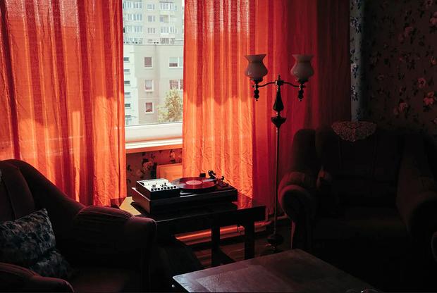 «Здесь смешано старое и новое, — говорится в описании. — Сохранилась оригинальная планировка квартиры и базовые элементы советского дизайна, а также старые журналы, виниловые пластинки, книги и бытовые приборы — вроде литовской электротерки для картофеля. Кстати, она работает, так что можно делать традиционные литовские цеппелины или драники. Рецепты тоже есть».