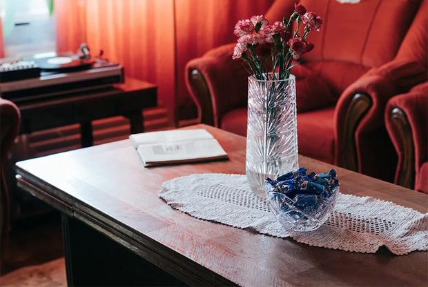 Здесь прекрасно все — хрусталь, гвоздики, вазочка с конфетами и кружевная салфетка. «Эта квартира — ода советской жизни. Все, от тарелок до постельного белья, абсолютно подлинно и уникально, все как во времена СССР», — гласит объявление на Airbnb. Нелюбовь к социалистическому прошлому, присущая многим прибалтам (и не только им), явно обошла владельца стороной.<br><br>В разговоре с корреспондентом «Ленты.ру» Линас, правда, подчеркнул: его квартира — ни в коем случае не памятник самому СССР. «Мы старались отделить дизайн от политики, а жизни людей — от жизни системы», — отметил он.