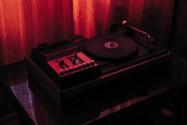 Проигрыватель. Такие (и аналоги) в последнее время вновь набирают популярность — в отличие от магнитофонов и музыкальных центров, которые пока остаются в прошлом (всего 25-30 лет назад за них буквально дрались).<br><br>Советский проигрыватель в хорошем состоянии на торговых площадках в интернете можно купить по цене от 10-15 тысяч рублей. iPod, к слову, ненамного дороже.