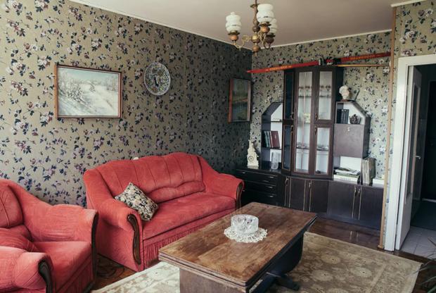Все несоветское — вроде роутера и современных кухонных принадлежностей — спрятано от глаз гостей. Они могут полностью погрузиться в историческую атмосферу, но при необходимости все же воспользуются бытовыми благами постсоветского периода. В ванной комнате недавно сделали ремонт.