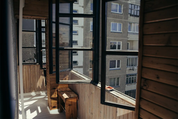 """Почти идеальное советское жилье <a href=""""https://www.airbnb.ru/rooms/35625245?source_impression_id=p3_1562834487_4KS0SrEGiiOkBnyS"""" target=""""_blank"""">сдается</a> в аренду на Airbnb. Это само по себе парадоксально — во времена СССР и речи быть не могло о том, чтобы в открытую сдавать кому-либо квартиру. Жильцы и хозяева находили друг друга на вокзалах, через знакомых, а также в неформальных местах сбора теневых риелторов. В Москве, к примеру, они группировались в Банном переулке.<br><br>Владелец «чернобыльской» квартиры — Линас, 30-летний фотограф и путешественник. «Я много езжу по Европе и Юго-Восточной Азии, поэтому вокруг меня всегда куча разных идей, там же все пропитано уважением к той или иной культуре, наследию, — рассказал Линас в беседе с корреспондентом «Ленты.ру». — И когда я возвращаюсь на родину, то всякий раз пытаюсь взглянуть на нее с новой стороны, найти какой-то крутой угол зрения»."""