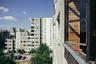 Как отмечается в описании квартиры, она расположена в самом сердце района, где снимались сцены «Чернобыля». Район называется Фабиенишкес, в сериале он играет роль Припяти. Это место в основном застроено мрачными советскими девятиэтажками. Без казусов при съемках, правда, не обошлось — многие заметили, что в «советских» зданиях стоят современные пластиковые окна.<br><br>«Концепцию оформления пространства я разработал вместе со своей девушкой Расой — она фрилансер, занимается творчеством, — сообщил Линас. — Без нее ничего не получилось бы. Нам нравятся интересные задумки и новые начинания, так что эта квартира для нас стала очередной отправной точкой».