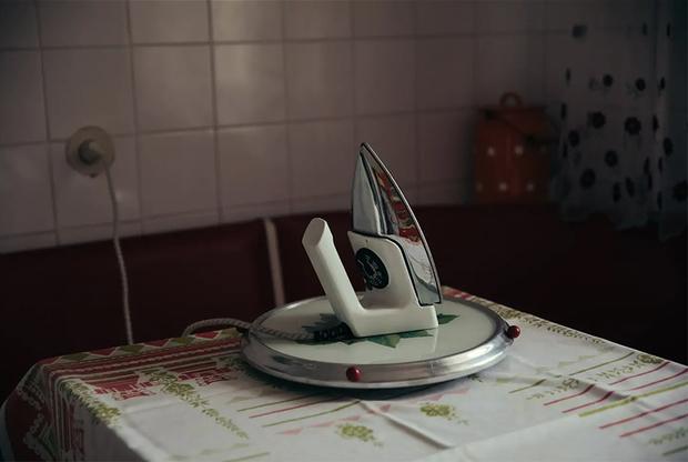 """Линас выбрал грамотную маркетинговую стратегию — его жилье называется просто — «Уникальная советская квартира, вдохновленная """"Чернобылем"""" от HBO». А как еще заставить туристов ехать в неживописный спальный район, при том что в историческом центре можно найти апартаменты подешевле.<br><br>«Мы обожаем это место, — оправдывается мрачноватость Фабиенишкеса в объявлении на Airbnb. — Оно абсолютно уникально, создано в период СССР и является частью жилищной утопии социализма. Когда мы сами тут живем, любим гулять по окрестностям — это же каменные джунгли. Если приедете сюда, обязательно пересмотрите """"Чернобыль"""", чтобы по-новому ощутить атмосферу сериала»."""