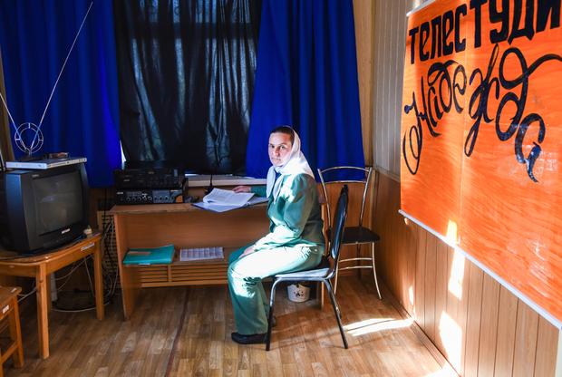 Студия кабельного телевидения «Надежда». Подобные студии существуют в каждой колонии: заключенные поздравляют именинников, делают новостные программы и снимают ролики социальной рекламы.