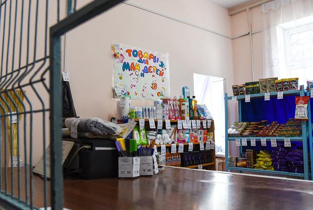 На территории каждой колонии есть магазин. Здесь можно приобрести разные товары, от продуктов питания и предметов гигиены до канцелярских принадлежностей и детских игрушек.