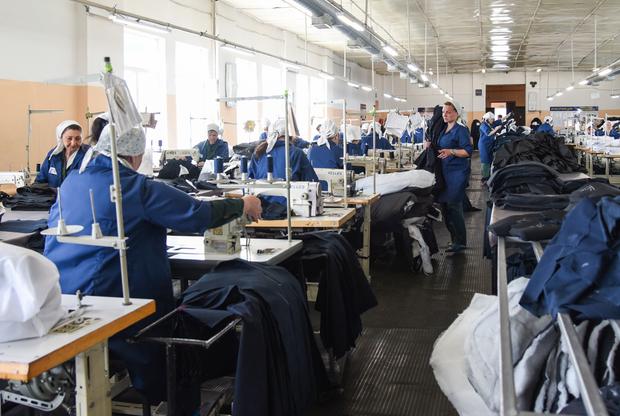Большая часть заключенных работает на различных производствах: трудотерапия предусмотрена в уголовно-исполнительном кодексе (УИК). В основном в Мордовии шьют спецодежду для различных ведомств, в том числе для Минобороны, Федеральной службы исполнения наказаний (ФСИН) или коммерческих предприятий.
