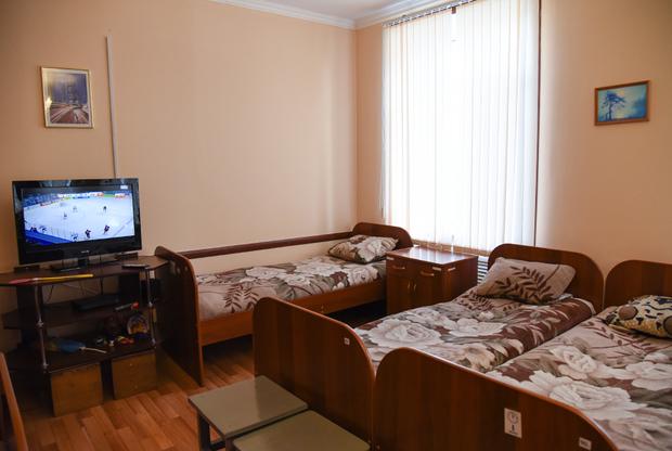 Спальня аналогичного отряда в мужской колонии лечебно-исправительного учреждения №19 (ЛИУ-19), где отбывают наказание осужденные, нуждающися в лечении от алкоголизма или наркомании. В личное время они могут смотреть телевизор — например, хоккейные матчи.