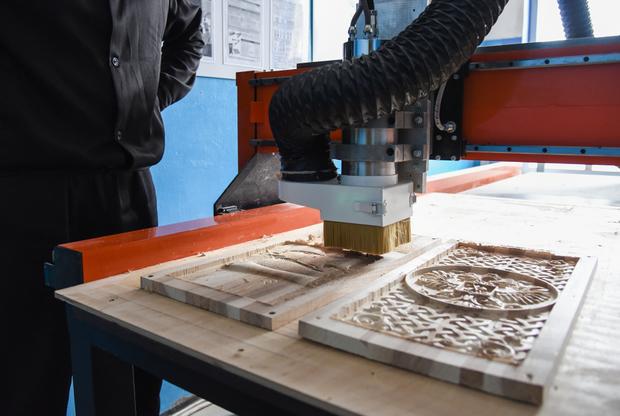 Деревообрабатывающий станок с числовым программным управлением в ЛИУ-19. Заключенный изготавливает сувенирную продукцию. Она пользуется большим спросом, при этом многие покупатели думают, что дерево режут вручную.