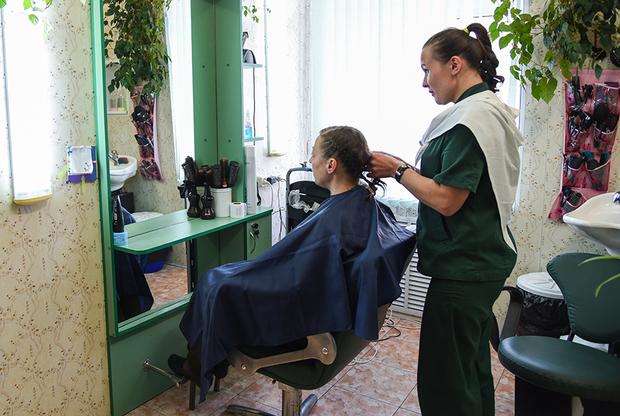 В ИК-2, как и в других колониях, существует парикмахерская для заключенных. Женщины могут приходить сюда в личное время, делать прически, стрижки и красить волосы. Правда, кардинально менять имидж им запрещается — нужно соответствовать ориентировкам.