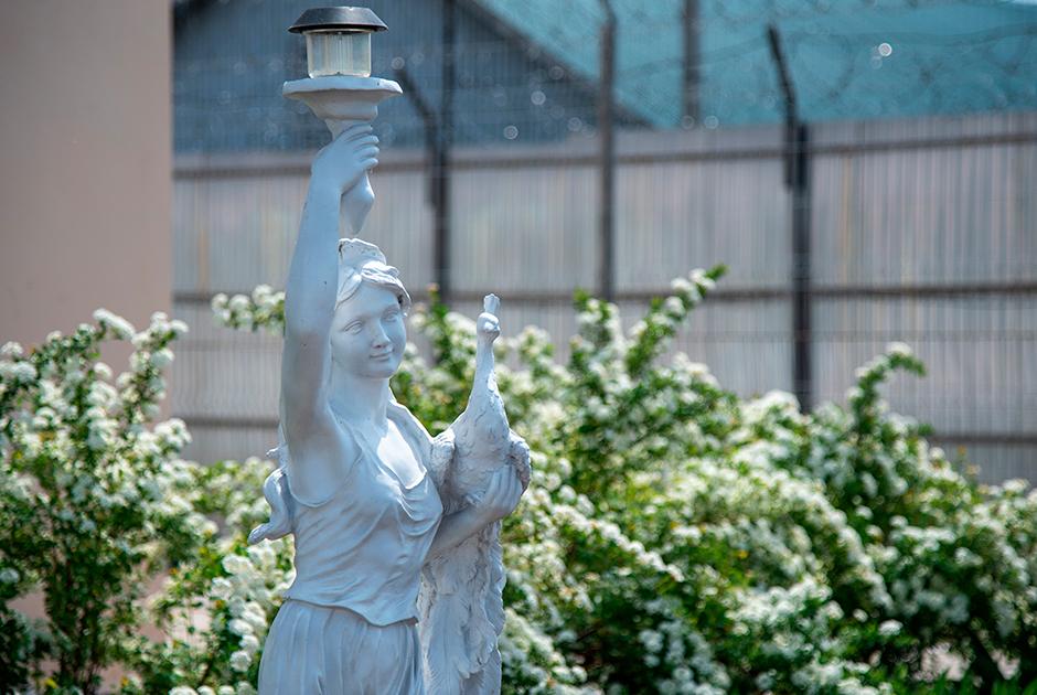 Памятник в женской колонии