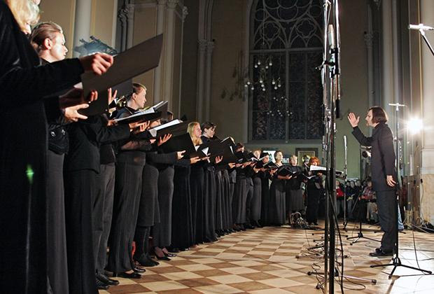 Дирижер Теодор Курентзис (справа) во время выступления на концерте в Кафедральном соборе Непорочного Зачатия Пресвятой Девы Марии