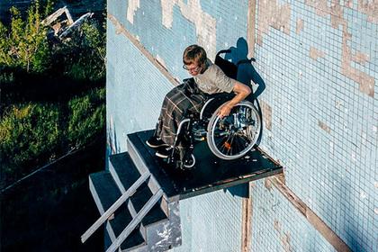 Художник в инвалидном кресле завис на стене перед пандусом в никуда