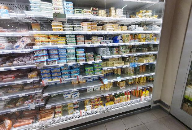 Амстердам, холодильник в супермаркете верхнего среднего ценового сегмента. В центре — ряды спредов для бутербродов и маргаринов для готовки. Справа — сливочное масло.