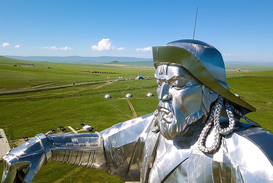 Вокруг статуи Чингисхана расположены многочисленные стойбища-музеи, рассказывающие о быте монголов в XIII веке. В планах — поставить вокруг хана настоящую армию из бронзовых всадников.