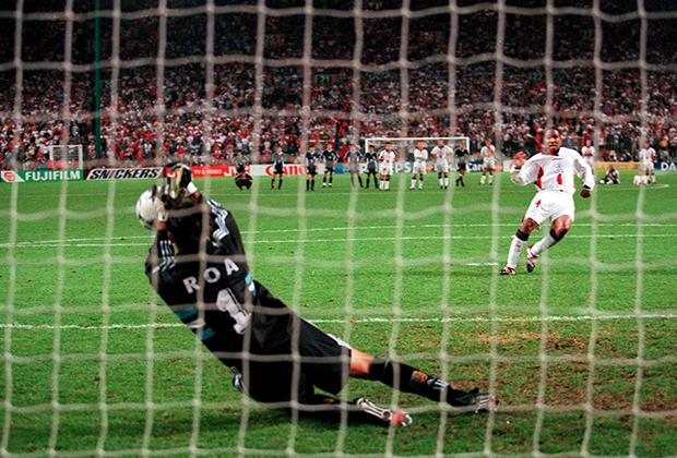 Карлос Роа отбивает пенальти в матче с англичанами
