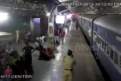 Пассажиры спасли упавшую под тронувшийся поезд женщину