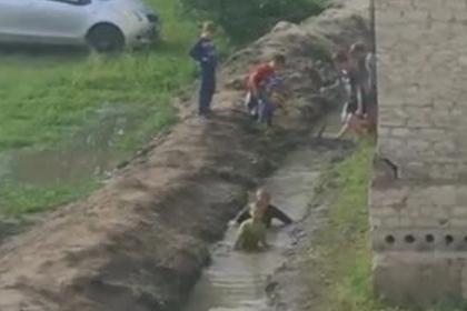 Российские дети устроили купания в грязной канаве