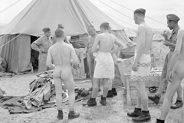 Польским солдатам армии Андерса, прибывшим в Палестину из СССР через Иран, выдают тропическую форму. Май 1942 года.