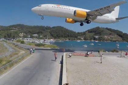 Мощный поток воздуха от самолета сдул туристов