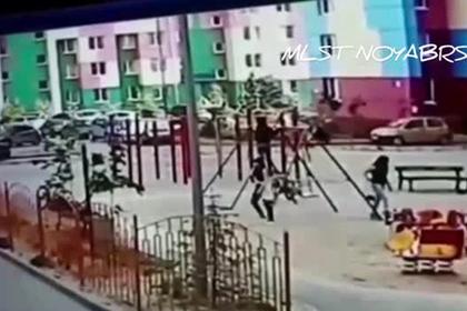 Российская школьница решила сделать «солнышко» на качелях и сломала оба плеча