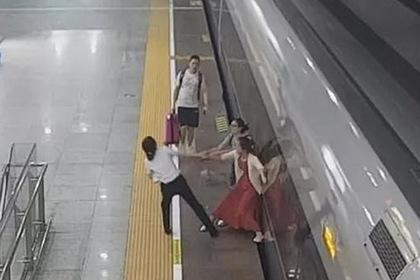 Женщина попыталась задержать скоростной поезд ногой