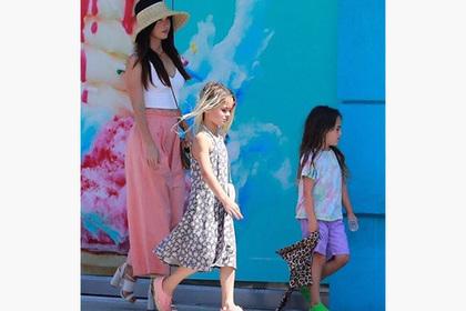 Меган Фокс вывела сыновей на улицу в девичьих платьях