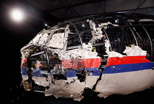 Разбитая кабина самолета рейса MH17