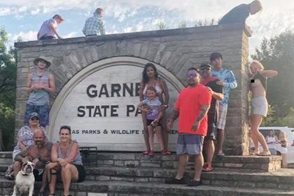 Женщина оголила грудь и испортила семейную фотографию