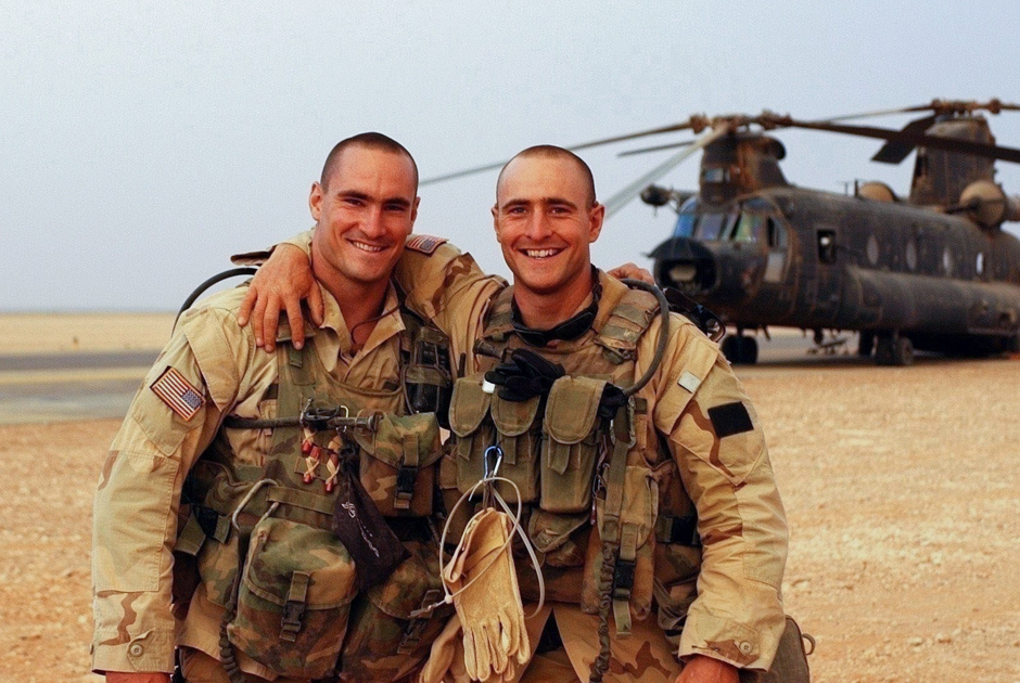 Пэт Тиллман (слева) с братом Кевином