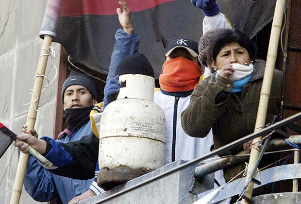 Жители Буэнос-Айреса захватывают пустующие здания во время экономического кризиса 2002 года
