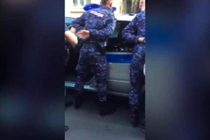 Задержание росгвардейцев за подбрасывание наркотиков попало на видео
