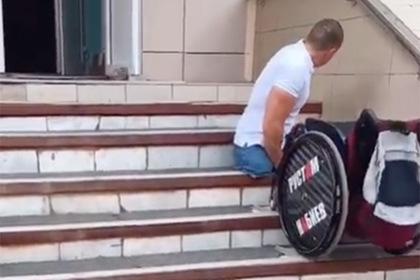 Россиянин в инвалидном кресле смог добраться до врача в клинике только на руках