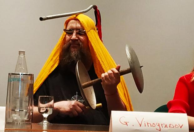 Открытие фестиваля «Связи с ей». Герман Виноградов, гантеля и костыль