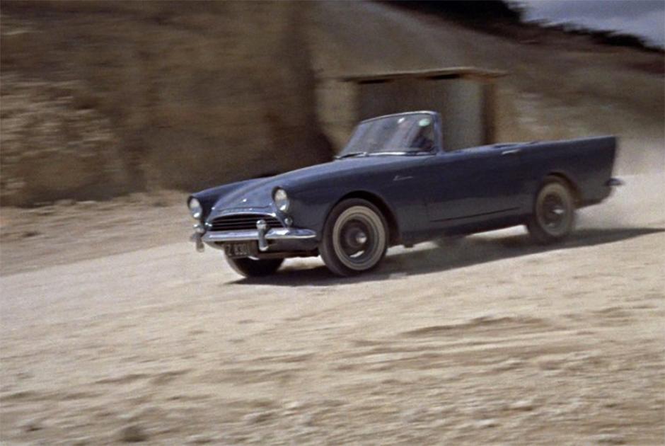 Небольшой бюджет первого фильма о Бонде не позволил ни арендовать дорогой автомобиль, ни порадовать зрителя трюками. Пришлось Шону Коннери отыгрывать сцену погони за рулем Sunbeam Alpine в основном с помощью мимики