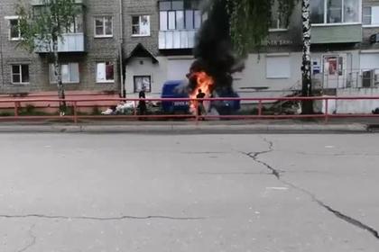 Сотрудники «Почты России» попытались потушить автомобиль водой из лужи