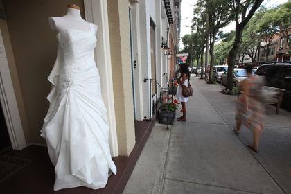 Девушка пришла на выпускной в свадебном платье матери 20-летней давности