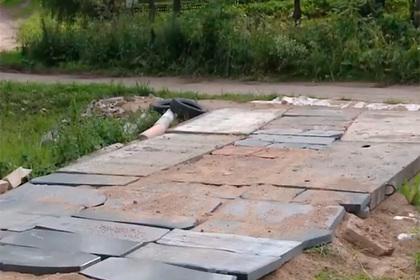 Дорогу в российском поселке застелили надгробиями