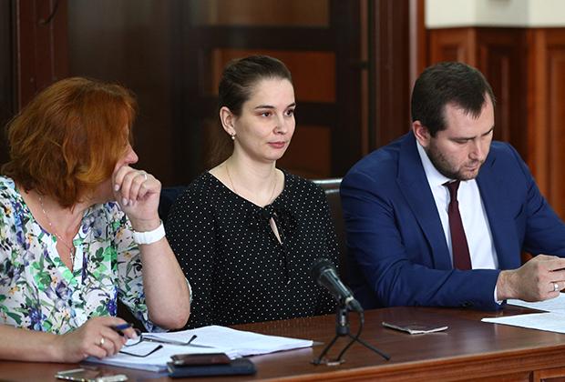 Врач-неонатолог Элина Сушкевич (в центре) во время рассмотрения апелляционной жалобы на постановление о домашнем аресте в Калининградском областном суде