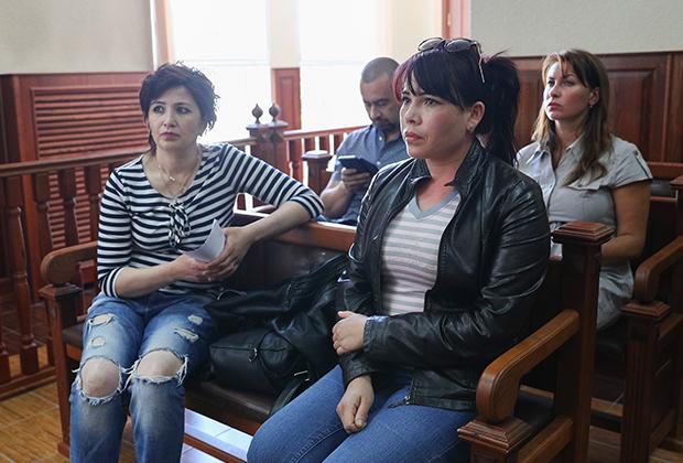 Замира Ахмедова (справа) и ее родная сестра Зиёда Рузиматова во время судебного заседания в Калининградском областном суде
