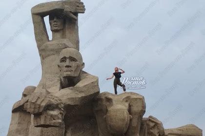 Россиянка забралась на памятник жертвам холокоста ради фото
