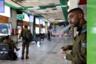 Солдаты и солдатки Армии обороны Израиля (ЦАХАЛа) имеют право на бесплатный проезд (им для этого достаточно быть в форме). На тахане мерказит их традиционно очень много: кто-то едет на базу, кто-то— в увольнение, а некоторые (так называемые «джобники») проходят штабную службу и возвращаются домой каждый день и на выходные.