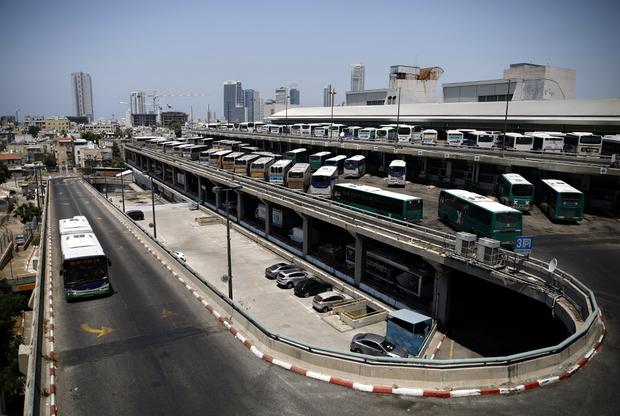 Эстакада ведет к месту стоянки автобусов. Как правило, перед ней машины останавливаются на некоторое время: сотрудники службы безопасности осматривают салон для предотвращения террористической угрозы.