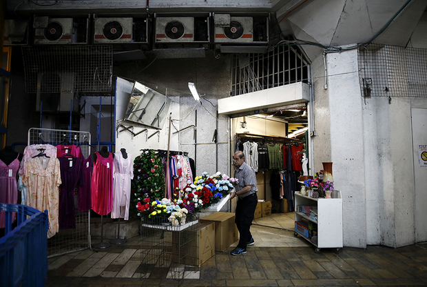 Почти сразу же после открытия новая центральная автобусная станция в Тель-Авиве превратилась почти в такой же полустихийный рынок, каким была старая. На тахане торгуют с лотков дешевыми товарами: одеждой, обувью, бижутерией, продуктами и книгами, в том числе на русском языке.